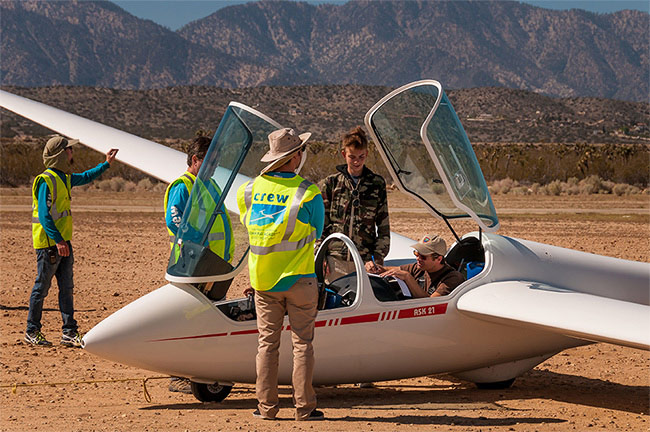 Southern California Soaring Academy, Ground Crew gets glider ready for launch